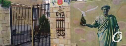 Золотой унитаз и цветы: в Одессе креативно украсили дворик (фото)