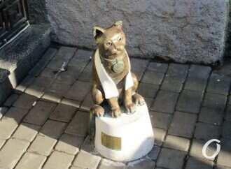 Одесского Кота-джентльмена изуродовали и пытались «выкорчевать»