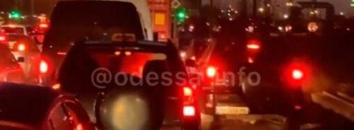 Жители одесской «Ривьеры» остались без света и перекрыли дорогу