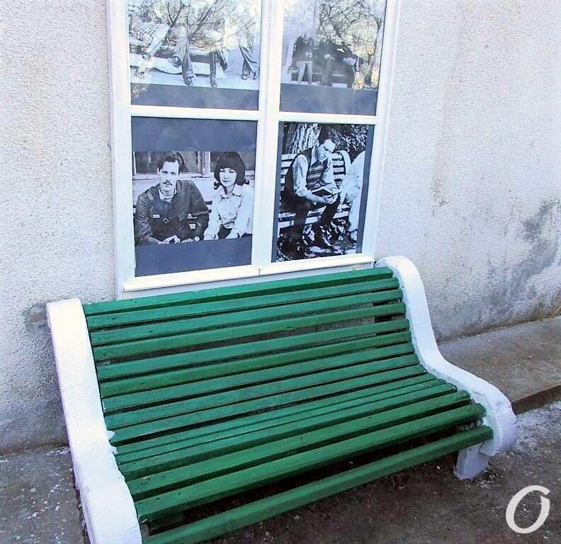 Высоцкий и Одесса, скамейка на территории киностудии