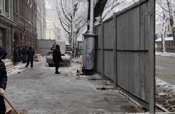 """В Одессе на Ришельевской появился строительный забор вокруг исторической """"типографии Фесенко"""""""