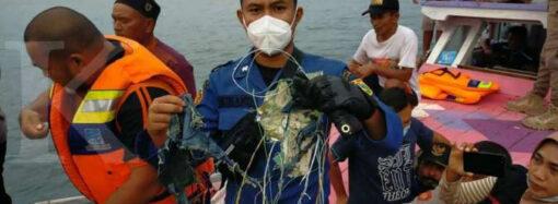 Авиакастрофа в Индонезии: разбился самолет с десятками пассажиров (фото, видео)