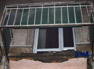 В центры Одессы вместе с сосульками начали падать балконы (фото)