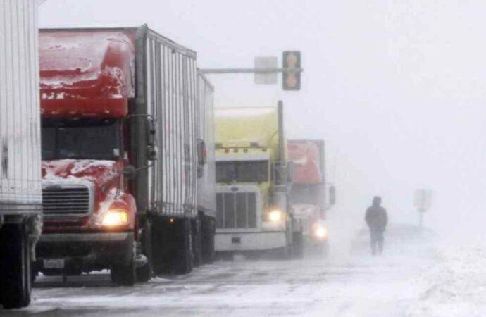 В Одесской области запретили движение грузовиков и автобусов, а некоторые дороги закрыли для всех