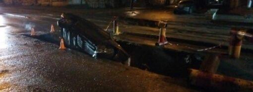 В Одессе легковушка влетела в оставленную коммунальщиками яму