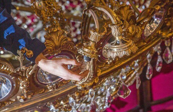 Пока идет карантин: в Одесском оперном театре чистят 12-метровую люстру (фото)