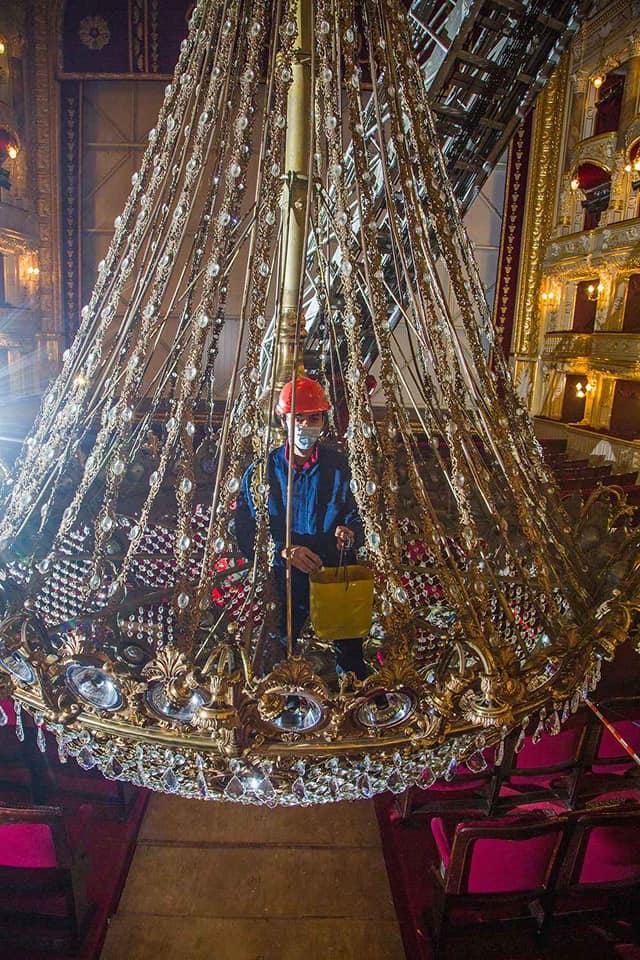 чистка люстры Одесского оперного театра
