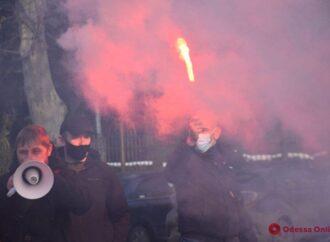 В Одессе с файерами протестуют против повышенных тарифов: перекрыли дорогу (видео)