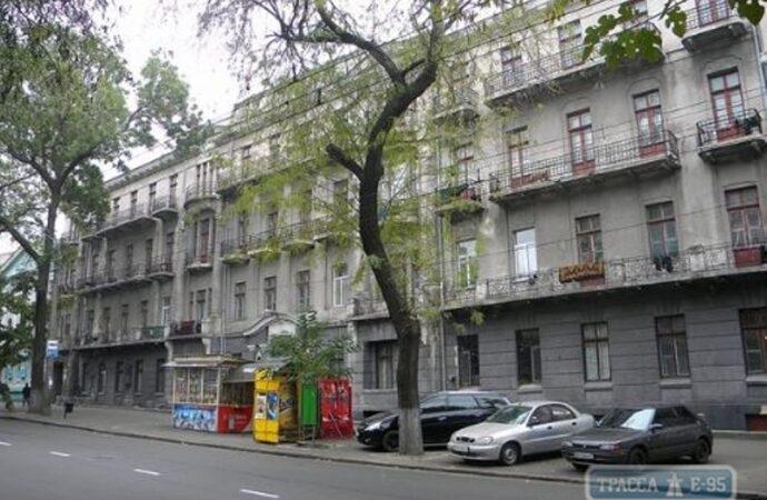 В центре Одессы обрушился балкон в доме, где работал Жуков (видео)