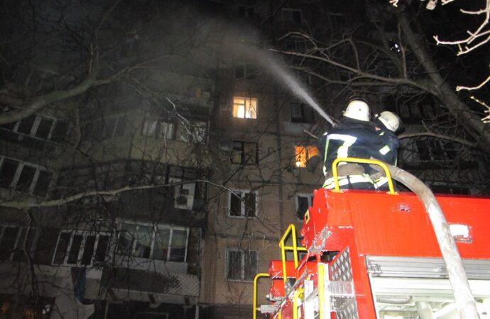 В Одессе на Таирова эвакуировали жильцов многоэтажки из-за горящего балкона