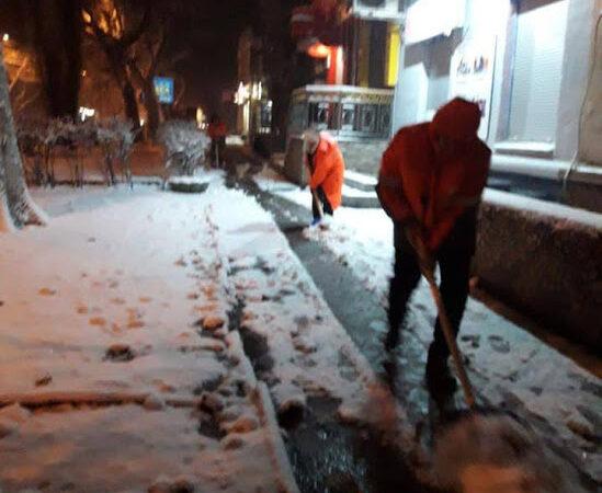 Снегопад в Одессе: в мэрии заявили, что дороги и тротуары чистят почти 1,5 тысячи коммунальщиков (видео)