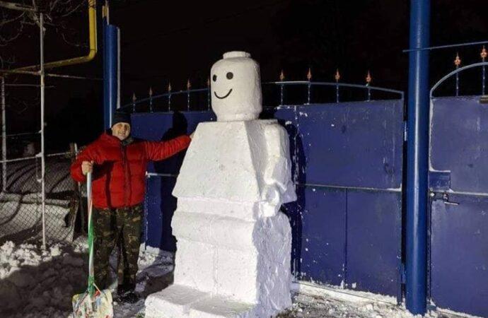 Под Одессой мужчина создал огромного снеговика в стиле Лего (фото)