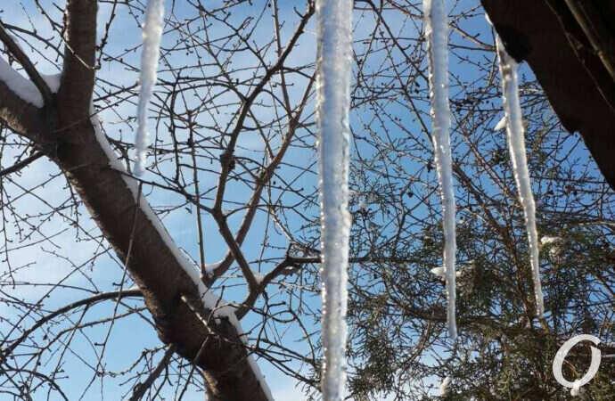 Будьте осторожны: в Одессе с крыш свисают крупные сосульки (фото)