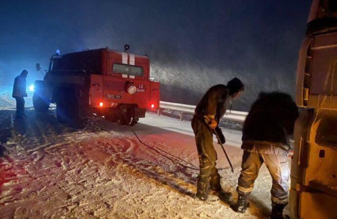 Сотни людей и машин стали заложниками стихии на трассах в Одесской области (фото)