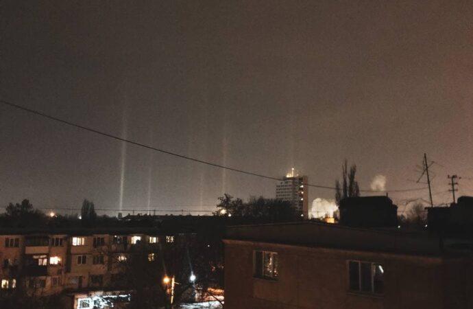 Световые столбы: в Одесской области зафиксировали редкое оптическое явление (фото)