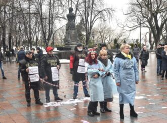 В Одессе устроили «тарифный» перфоманс возле мэрии (видео)