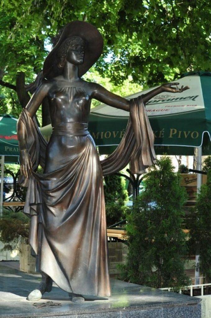 скульптура веры холодной