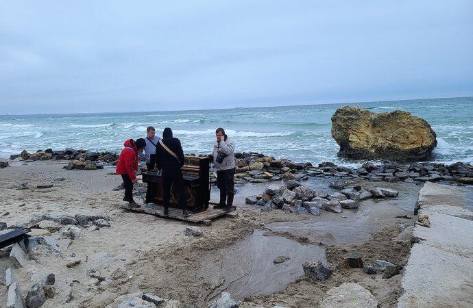 На одесском пляже у знаменитой желтой скалы установили пианино (фото)