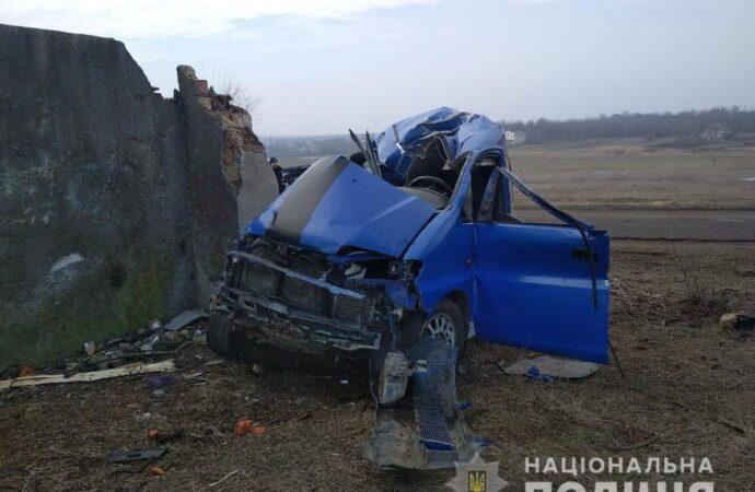 По Одессой машина въехала в стену: есть погибший (фото)