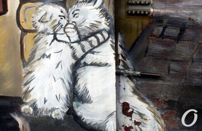 Ворота старого одесского дома украсили влюбленными котами (фото)