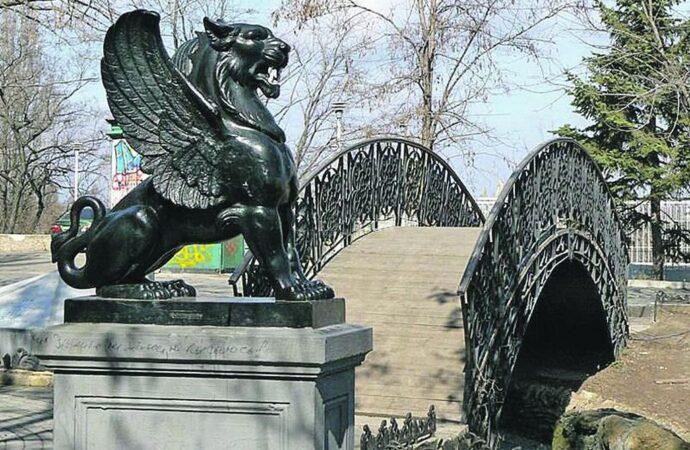 Скульптуры Одессы: грифон, который стережет клад