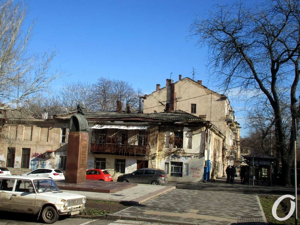 переулок Некрасова, бюст
