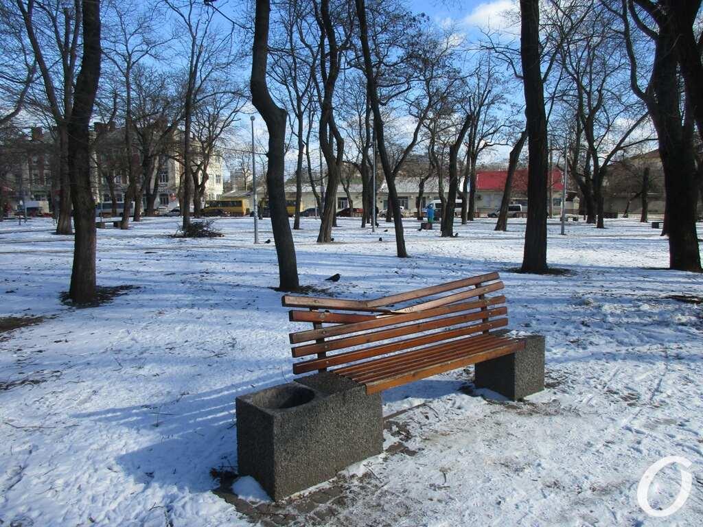 Старосенной сквер, скамейка сломана