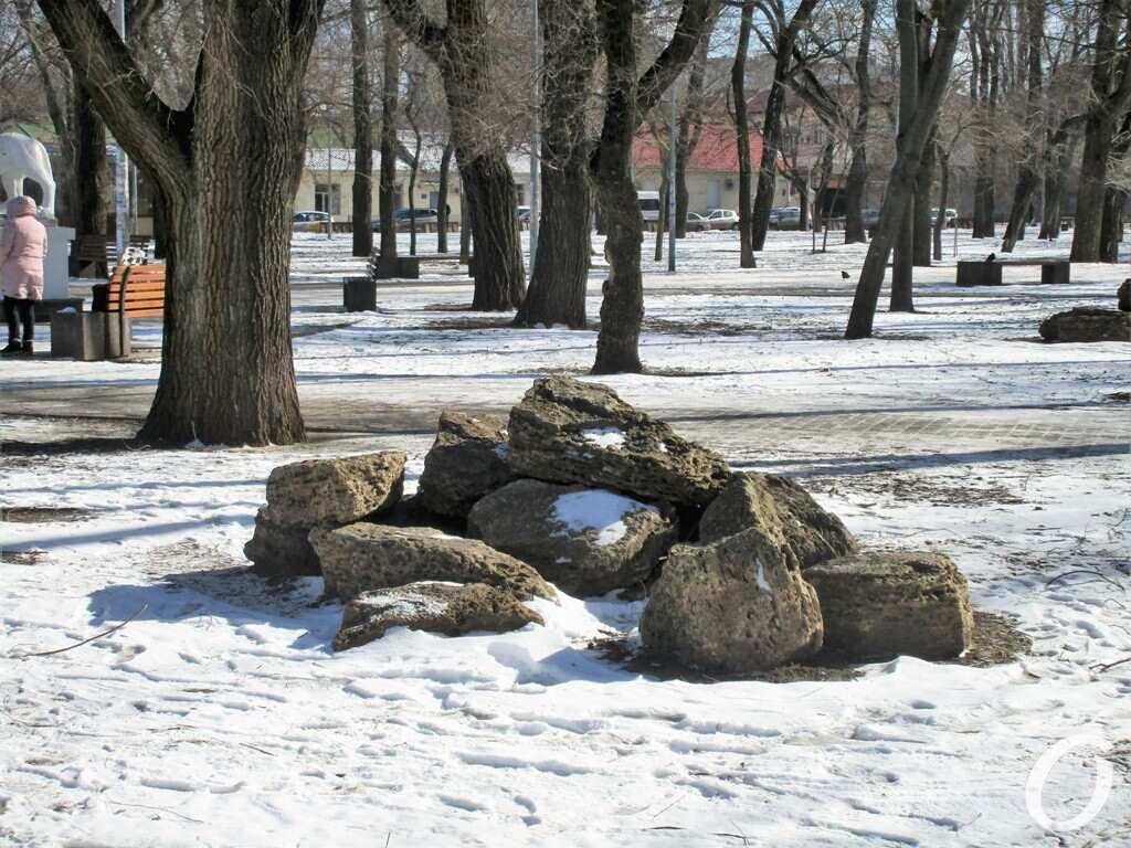 Старосенной сквер, камни