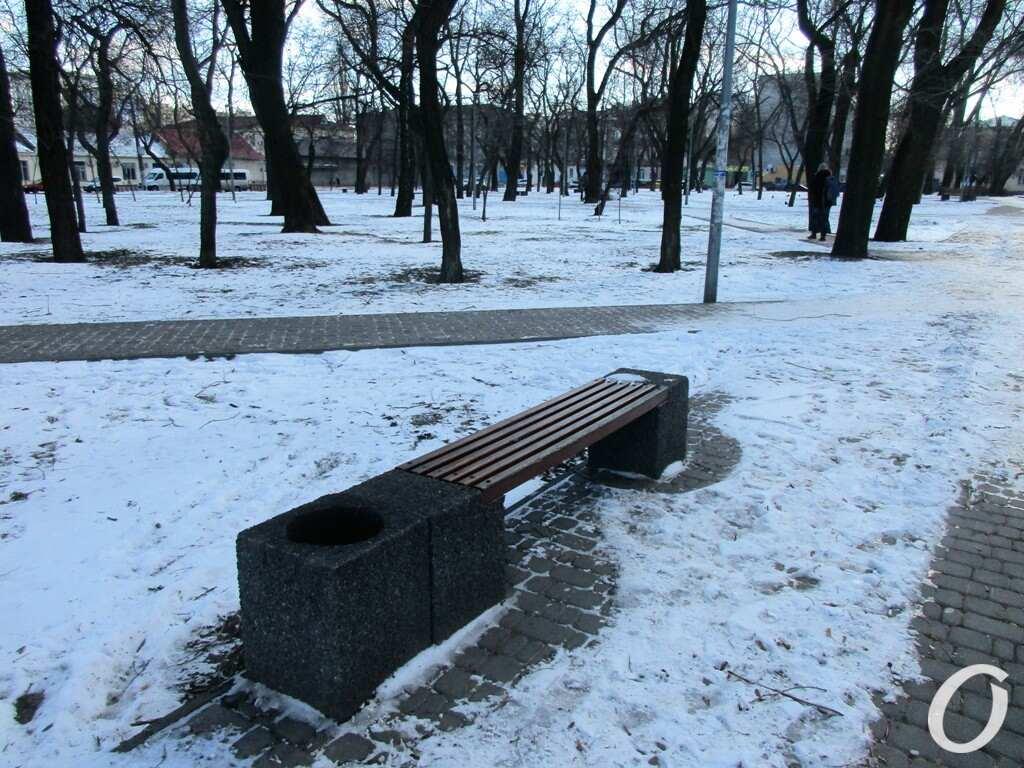 Старосенной сквер, скамейка-урна