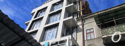 «Все законно»: в Одессе на Ришельевской над старым домом выросло новое строение (фото)