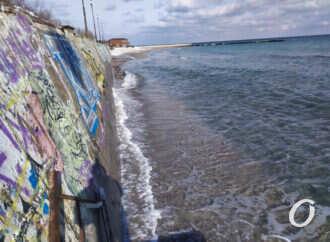 В Одессе после шторма ушел под воду пляж (фото, видео)