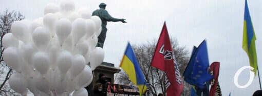 Памяти героев Небесной Сотни: сотня белых шаров взметнулась в одесское небо (фото)