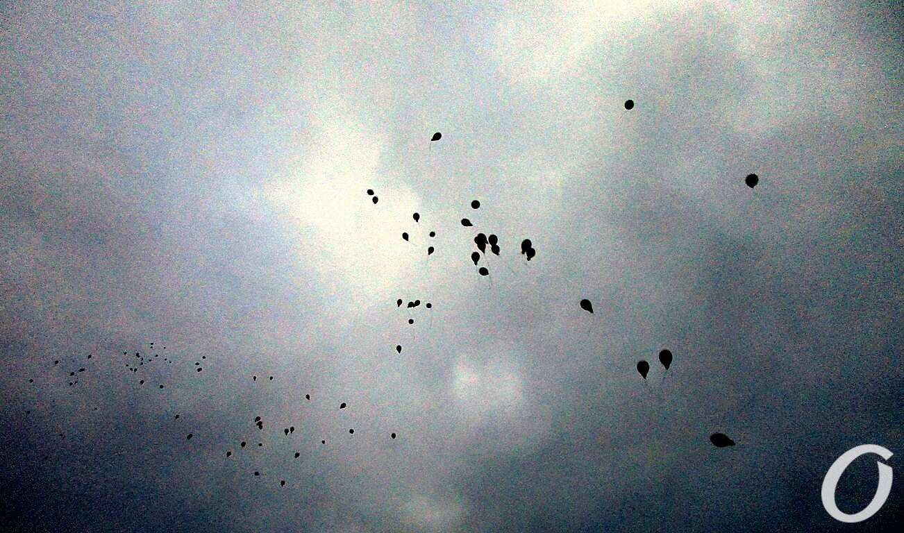 Памяти героев Небесной Сотни, шары в небе