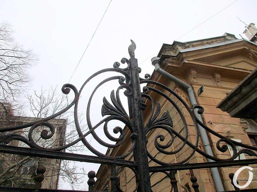 Особняк на Уютной, ворота