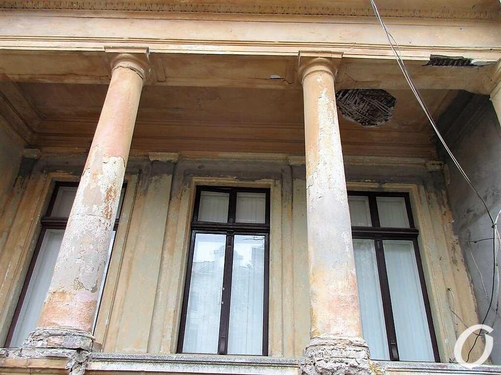Особняк на Уютной, колонны