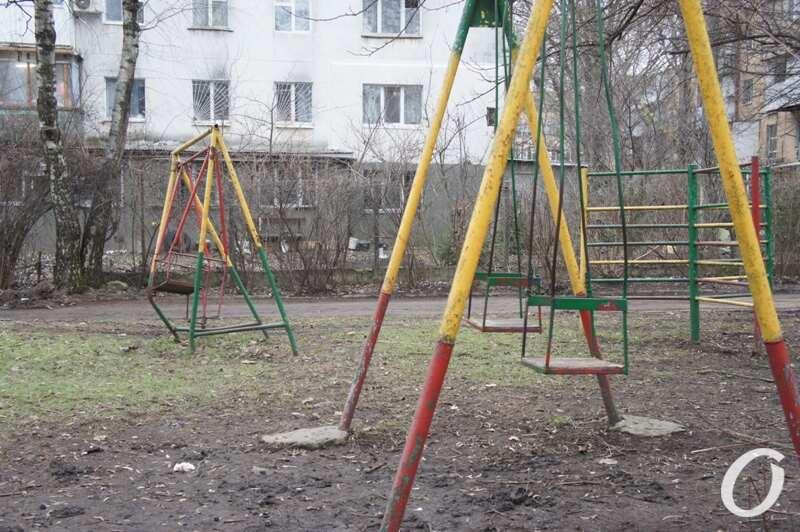 Варненская, качели