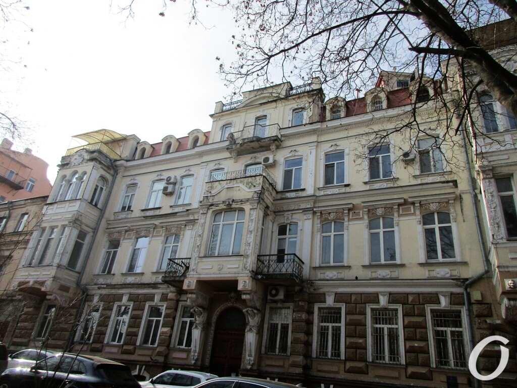 Одесский сквер, дом с маяком