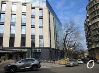 У одесситов «прихватили» тротуар: тревожный перекресток в центре города (фото)