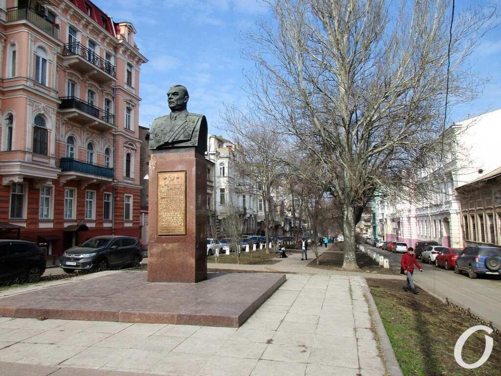 Одесский сквер, бюст