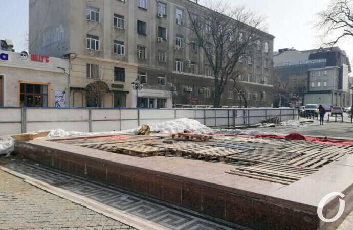 Одесская Греческая площадь прощается с ледовым катком (фото)