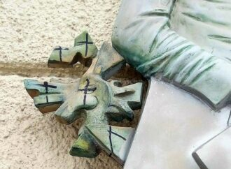 В Одессе испоганили мемориальную доску, установленную в честь Давида Бурлюка (фото)