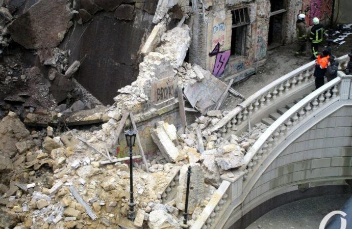 На Деволановском спуске в Одессе разбирают рухнувший дом (видео)