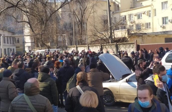 Приговор Стерненко: сторонники подсудимого вступили в стычку с полицией и блокировали выезд автозака (видео)