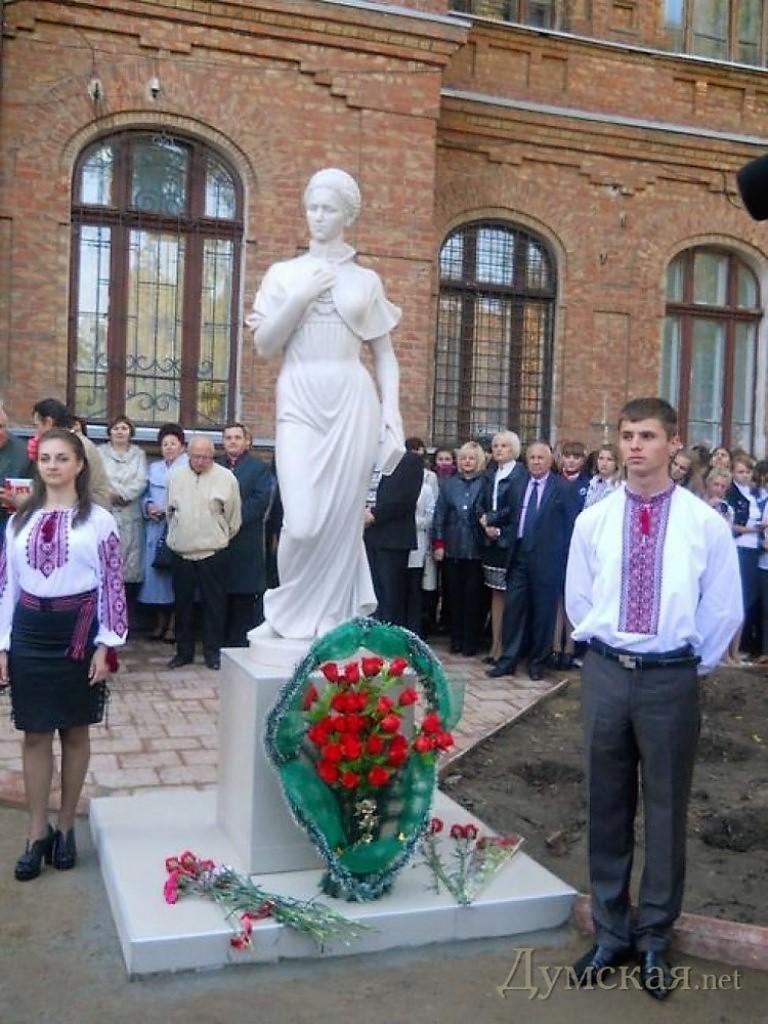 памятник Лесе Украинска в Белгороде-Днестровском