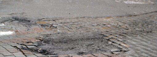 В Одессе после снегопадов начал «таять» асфальт на дорогах