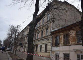 В центре Одессы «расходится по швам» дом-памятник (фото, видео)