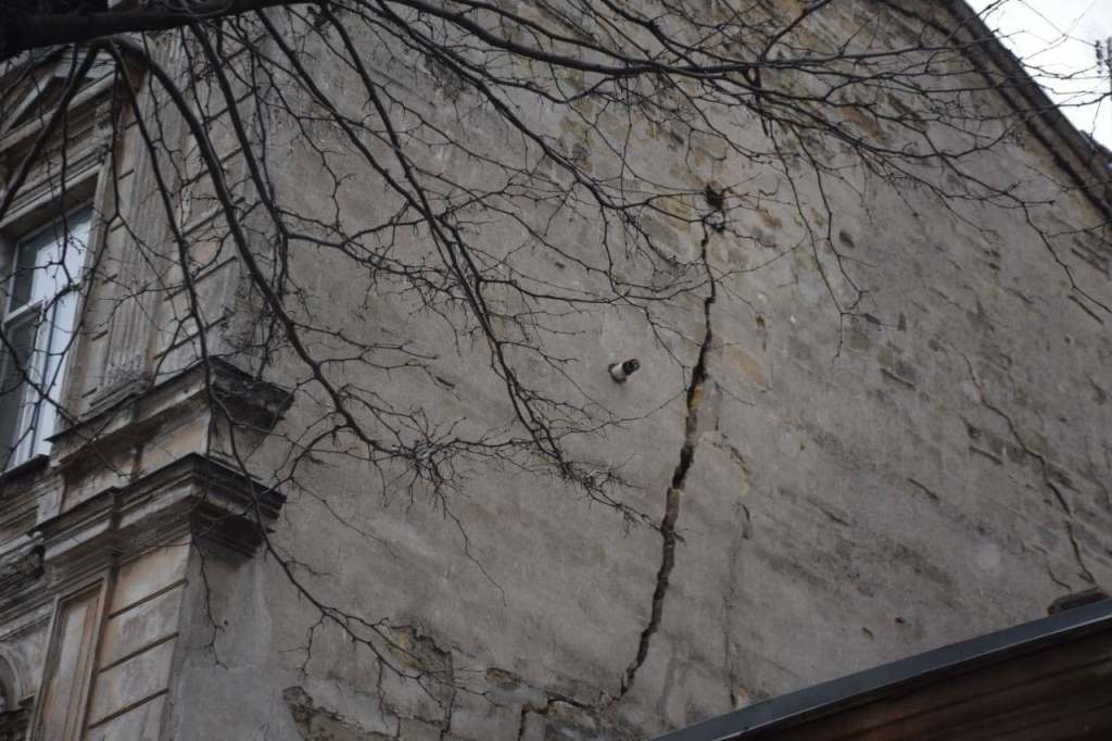 дом на Нежинской, трещина