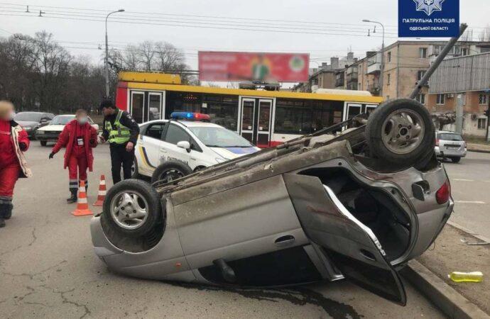 В Одессе на Балковской опрокинулась легковушка – есть пострадавшая