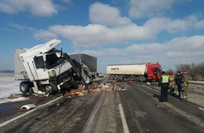 На трассе Одесса – Киев жестко столкнулись фуры – оба водителя погибли (фото, видео)