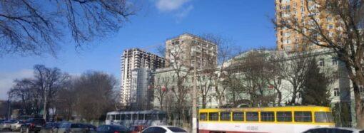 ДТП в Одессе: на 5-й станции Фонтана две столкнувшиеся легковушки остановили трамваи
